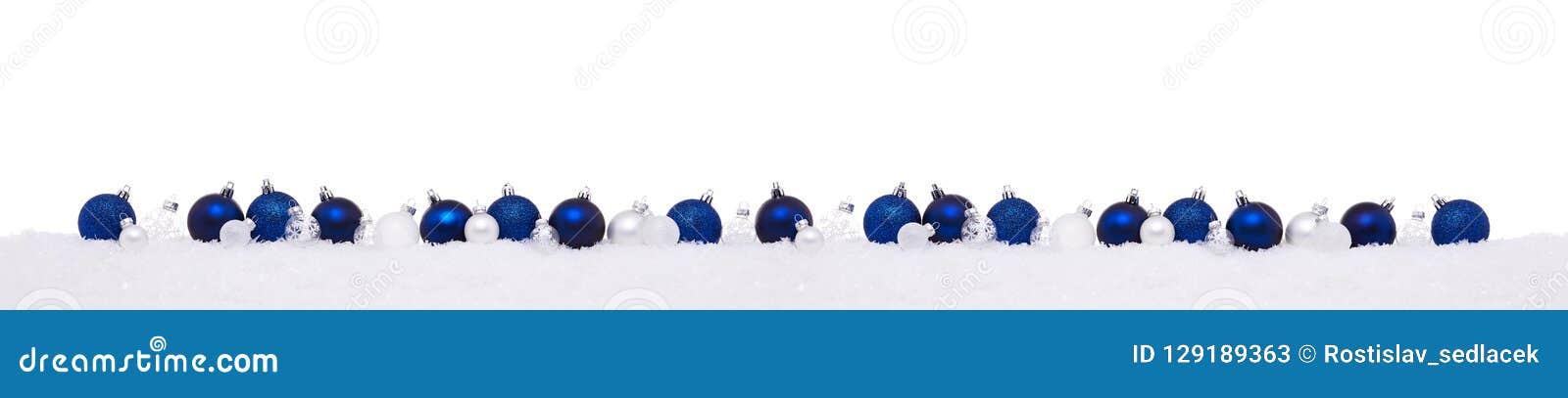 Blauwe en witte die Kerstmisballen op een rij op sneeuw worden geïsoleerd