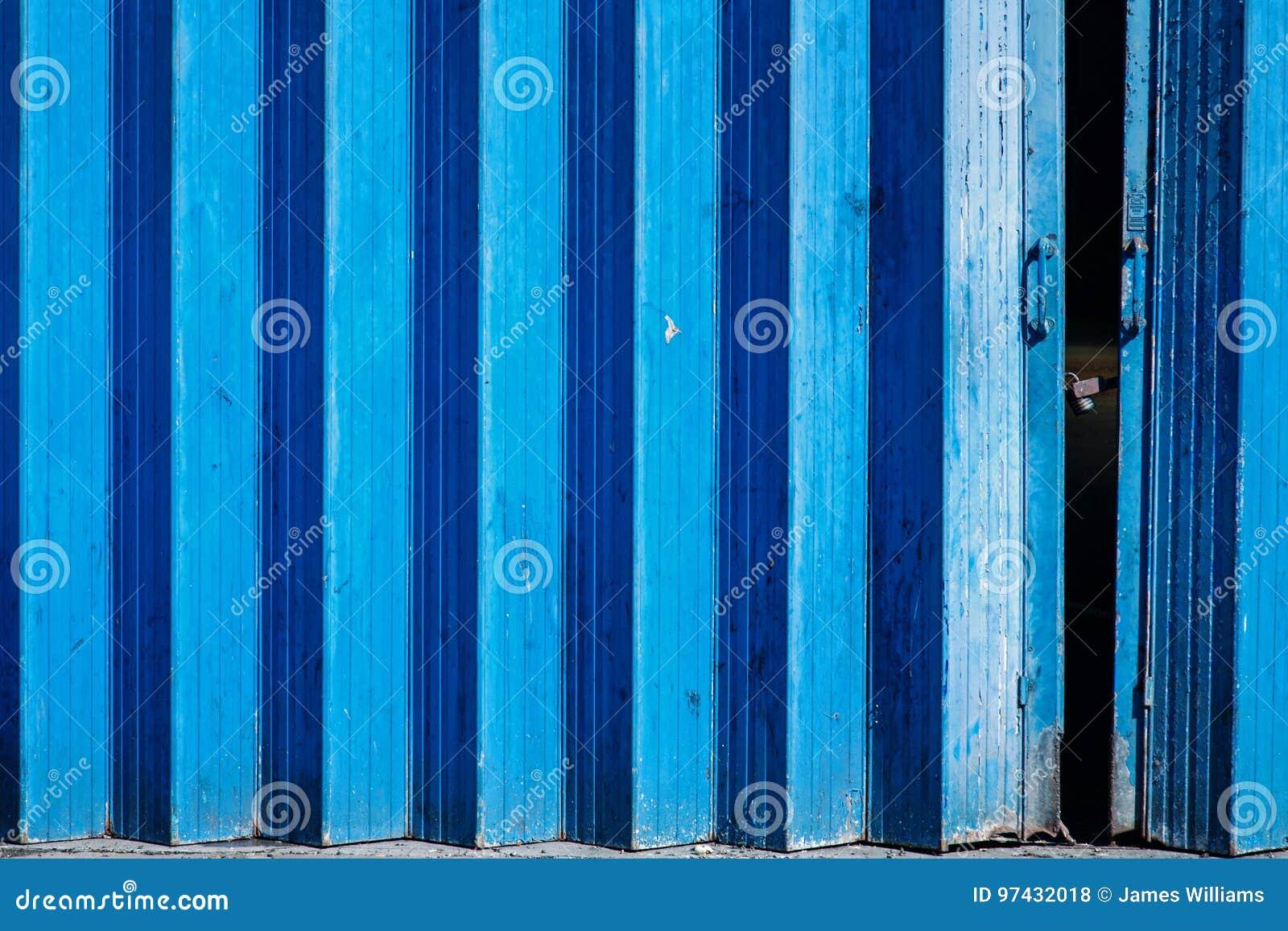 Blauwe geschilderde concertinapoorten