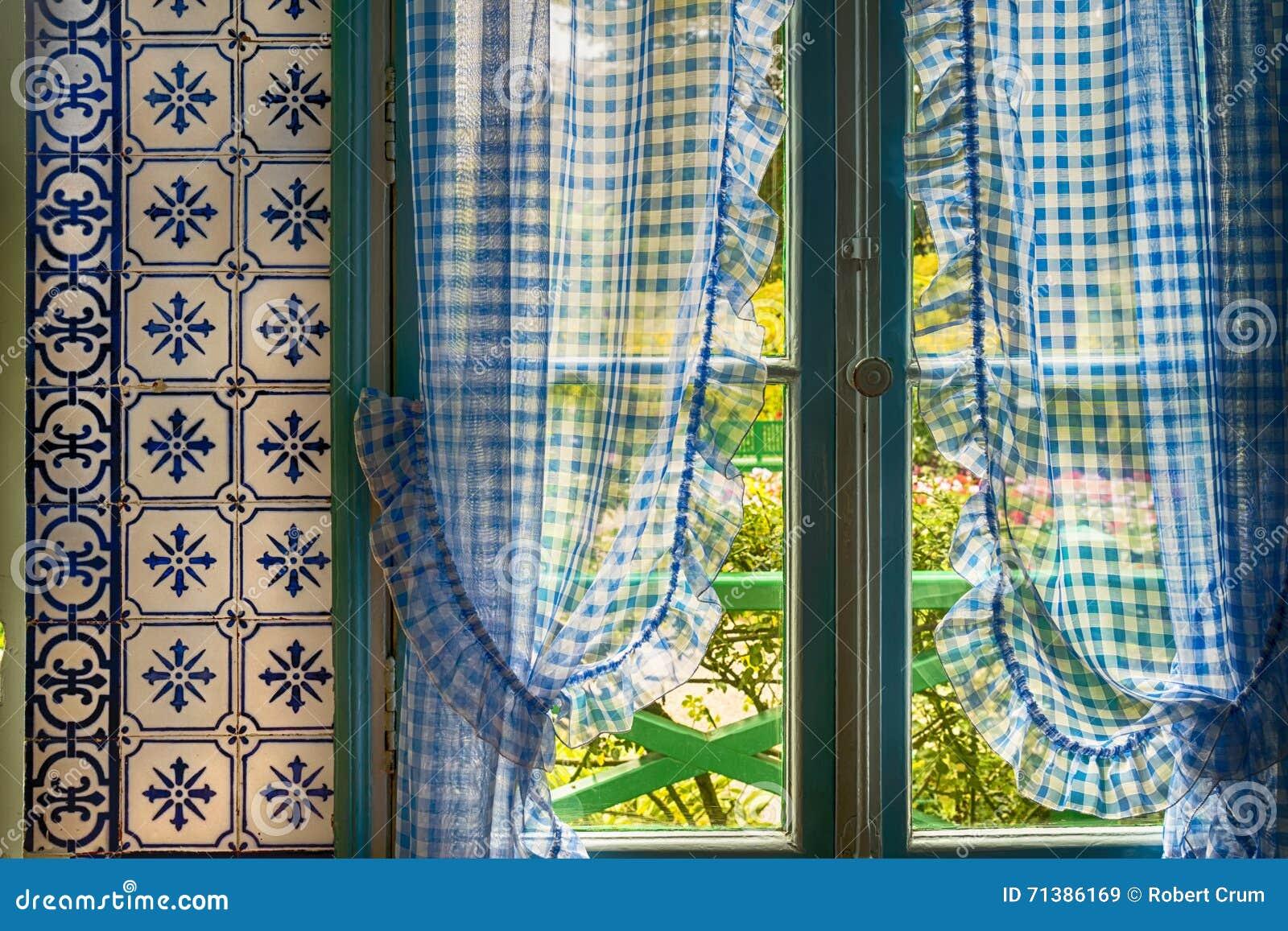 blauwe gordijnen in het huis van monet in giverny frankrijk