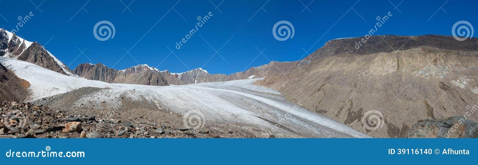Blauwe hemel in de bergen