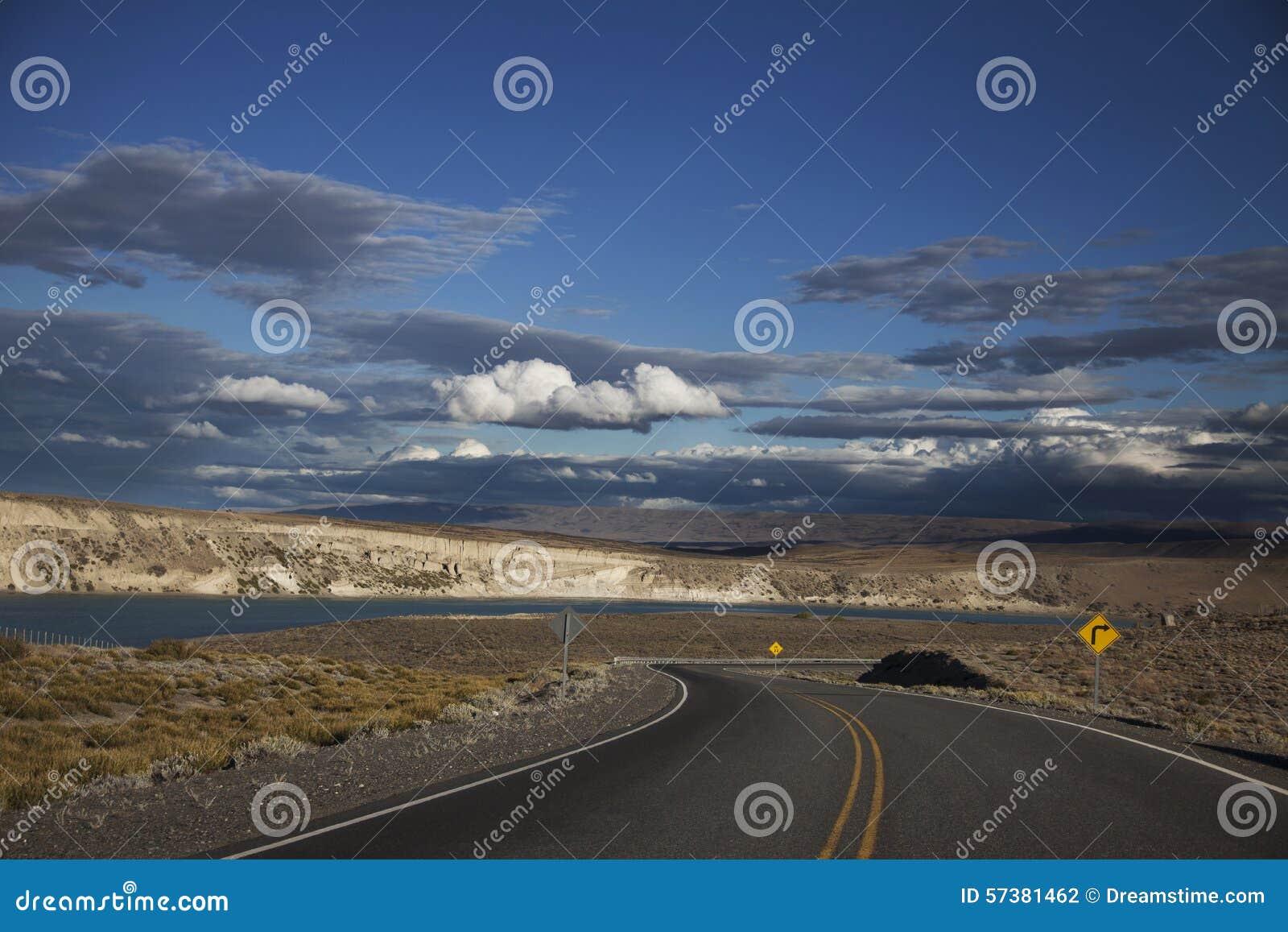 Blauwe hemel en auto