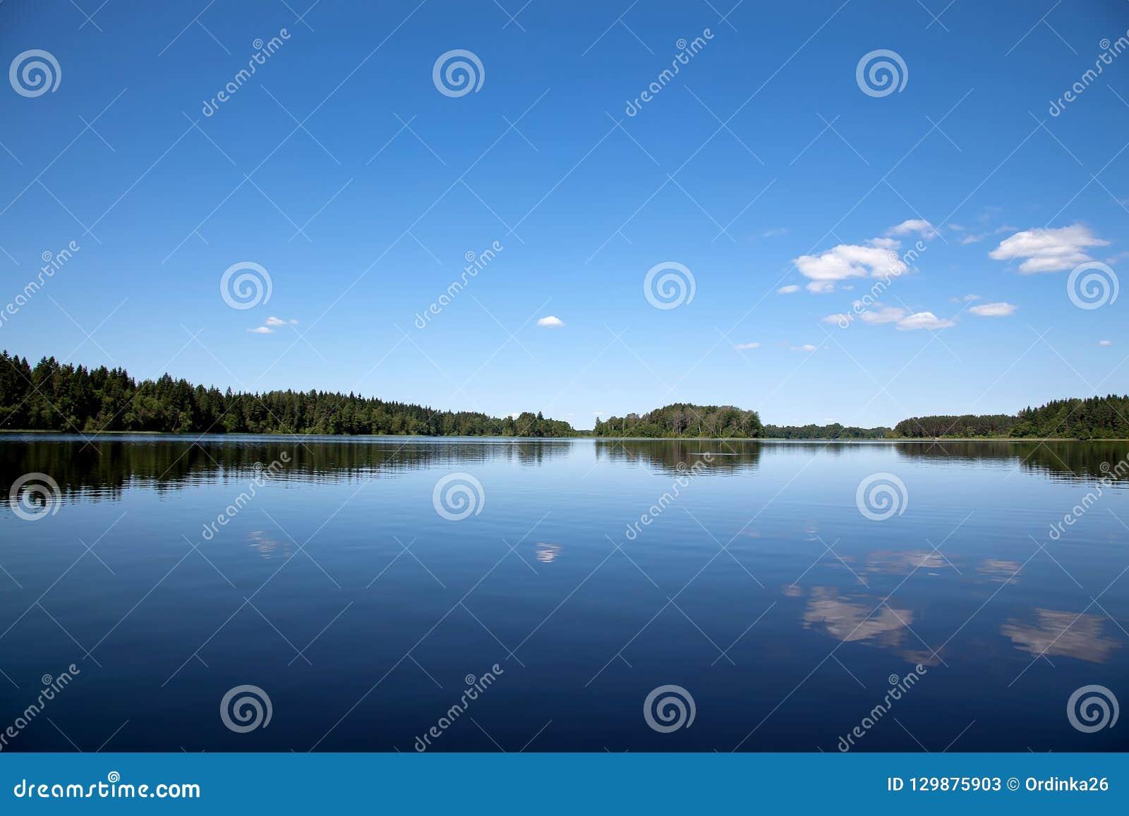 Blauwe hemel en Blauw meer Seligermeer in Rusland