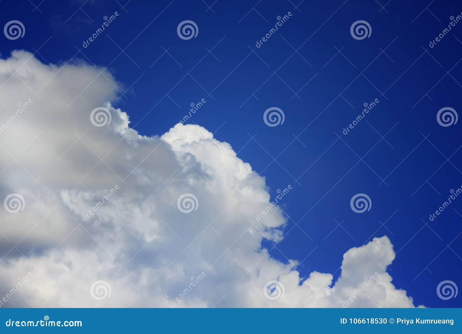 Blauwe hemel en heldere witte wolken in bewolking