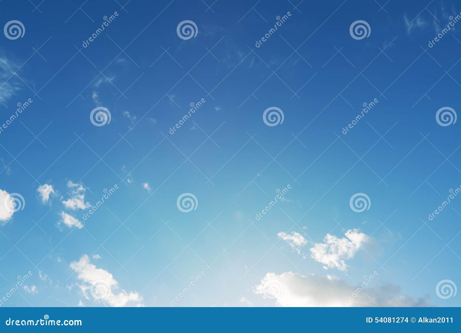Blauwe hemel en kleine wolken