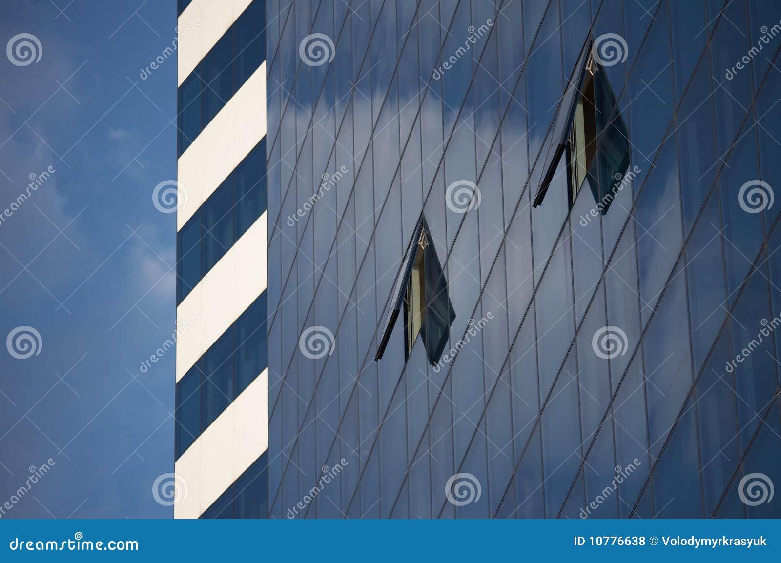 Blauwe hemel en open vensters