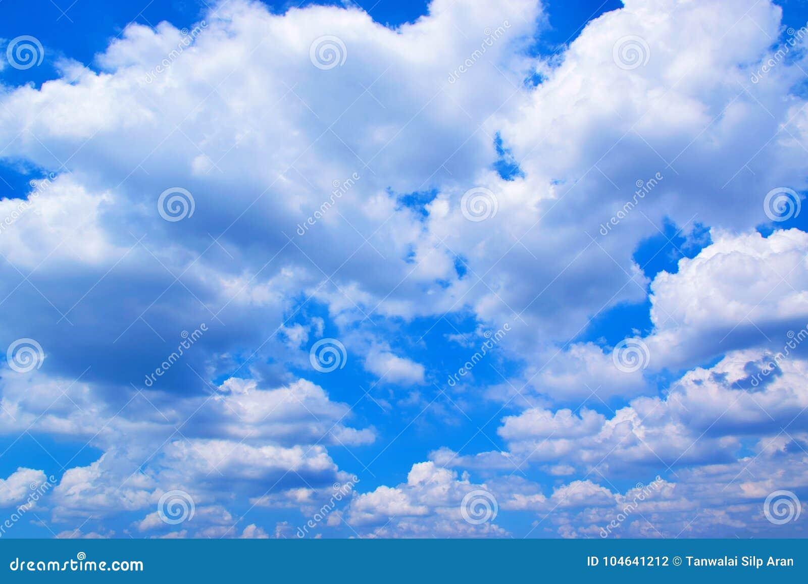 Download Blauwe Hemel En Wolkenachtergrond 171018 0173 Stock Foto - Afbeelding bestaande uit lucht, samenvatting: 104641212