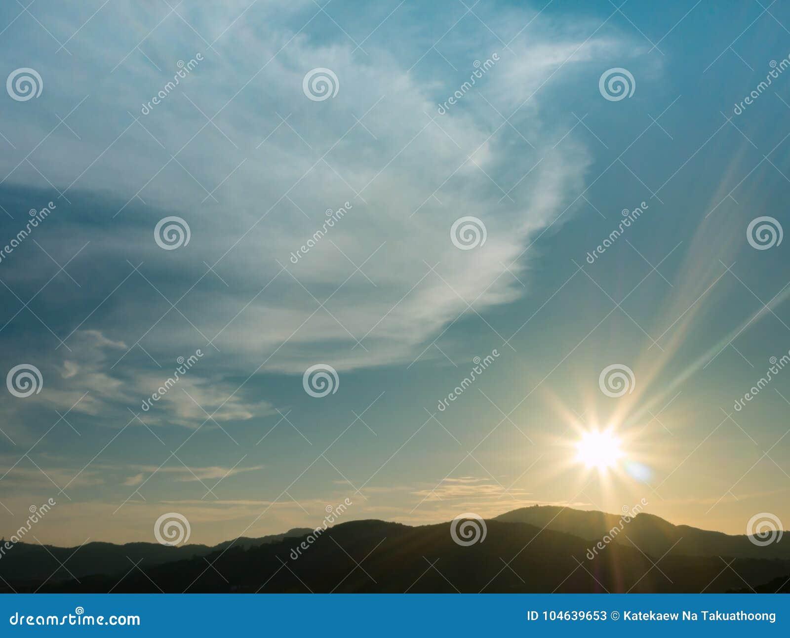 Download Blauwe Hemel Met Bewolkte Berg Als Achtergrond En Silhouet Stock Afbeelding - Afbeelding bestaande uit ochtend, avond: 104639653