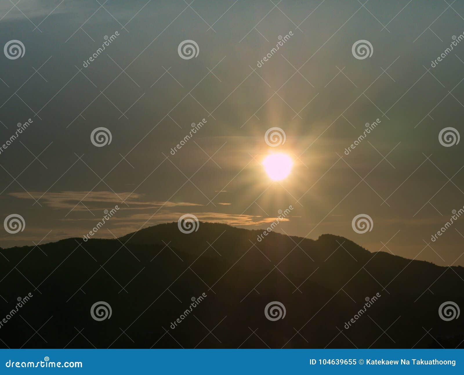Download Blauwe Hemel Met Bewolkte Berg Als Achtergrond En Silhouet Stock Afbeelding - Afbeelding bestaande uit lucht, kleur: 104639655