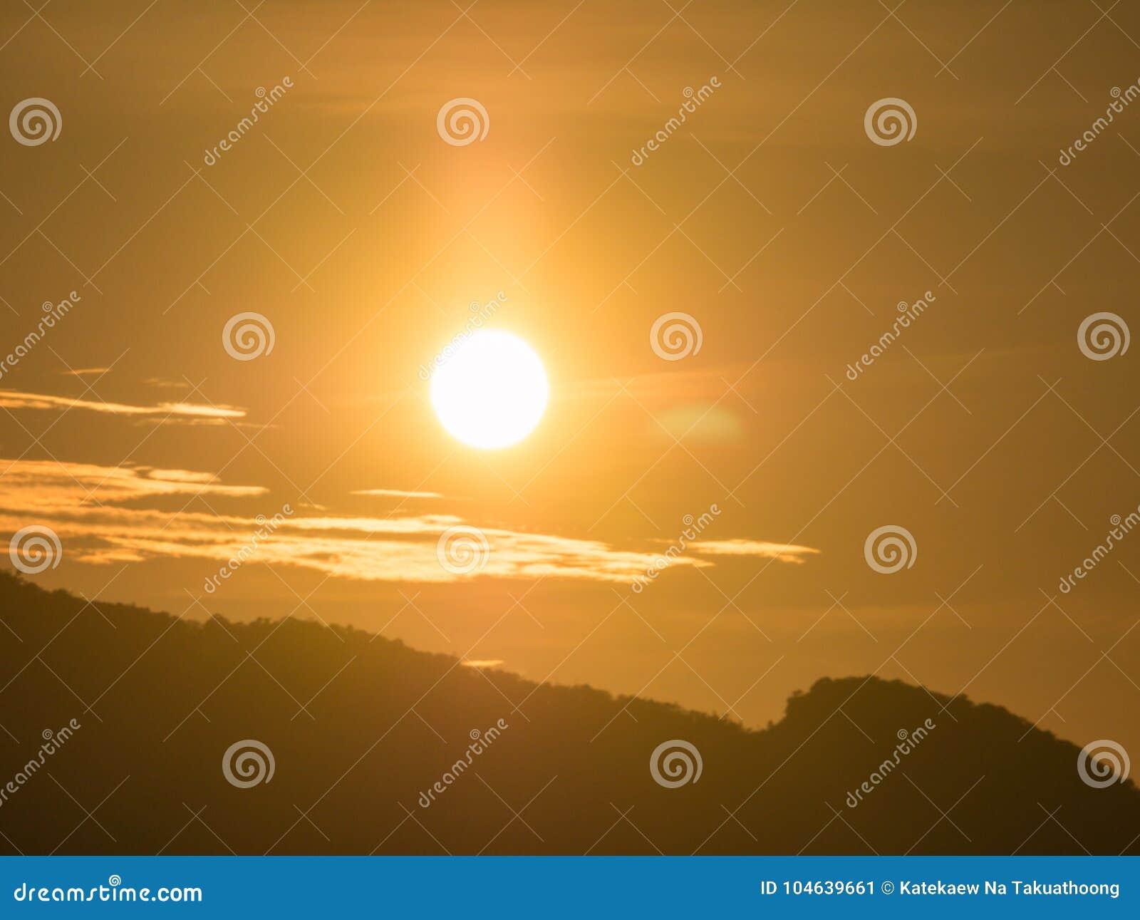 Download Blauwe Hemel Met Bewolkte Berg Als Achtergrond En Silhouet Stock Afbeelding - Afbeelding bestaande uit idyllisch, bewolkt: 104639661