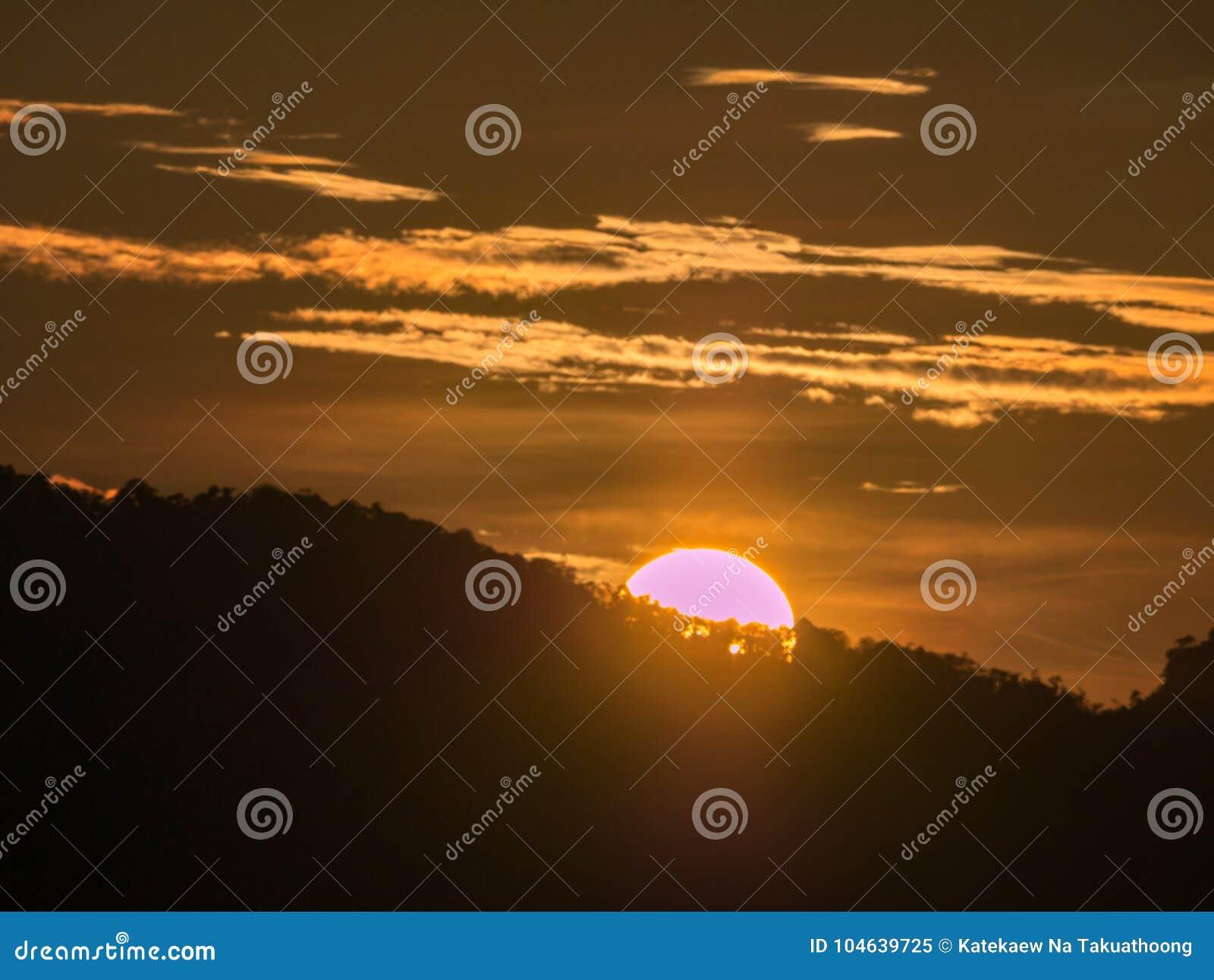 Download Blauwe Hemel Met Bewolkte Berg Als Achtergrond En Silhouet Stock Afbeelding - Afbeelding bestaande uit ontruim, meteorologie: 104639725