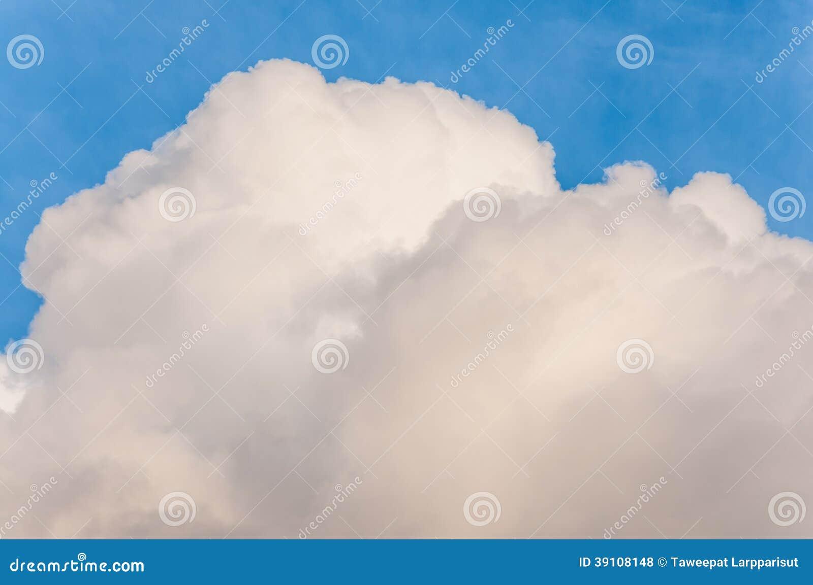 Blauwe hemel met grote wolk