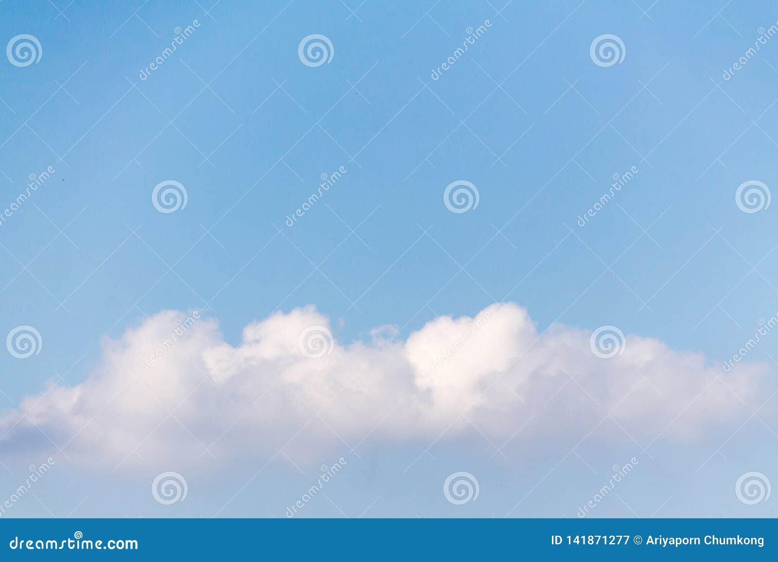Blauwe hemel met witte wolken