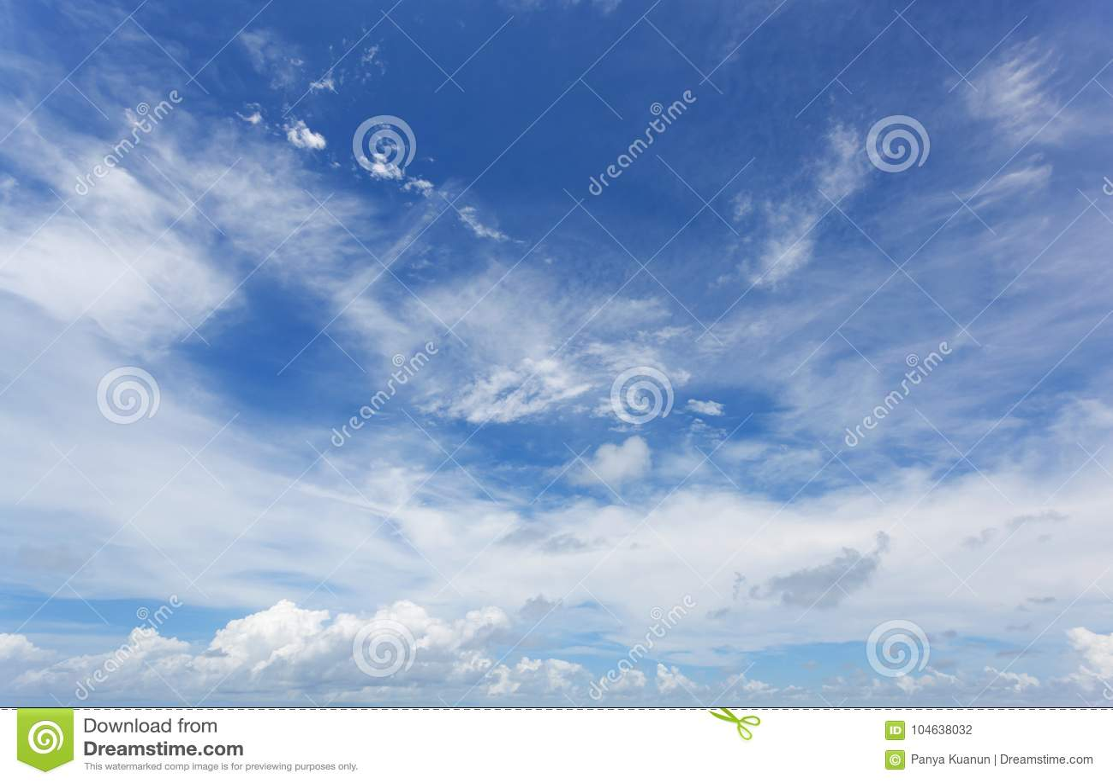 Download Blauwe Hemel Met Wolken In Zomer Stock Foto - Afbeelding bestaande uit cloudscape, ontruim: 104638032