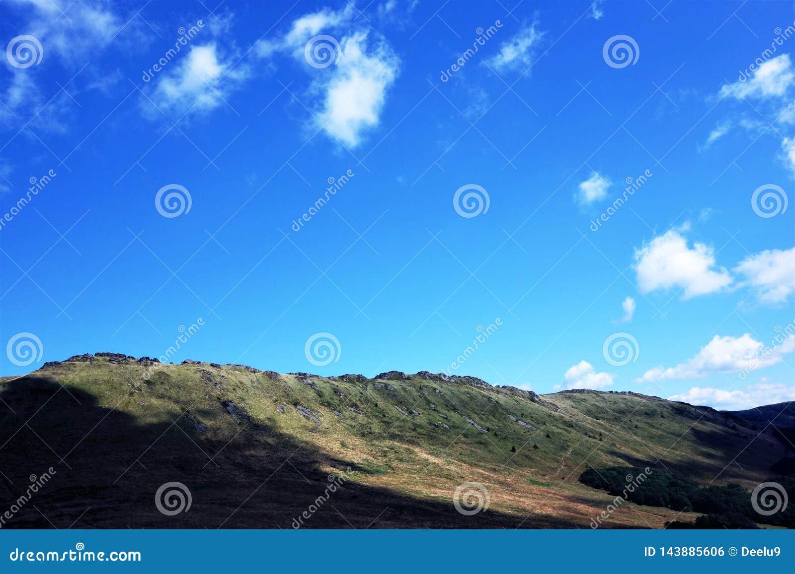 Blauwe hemel over een berg