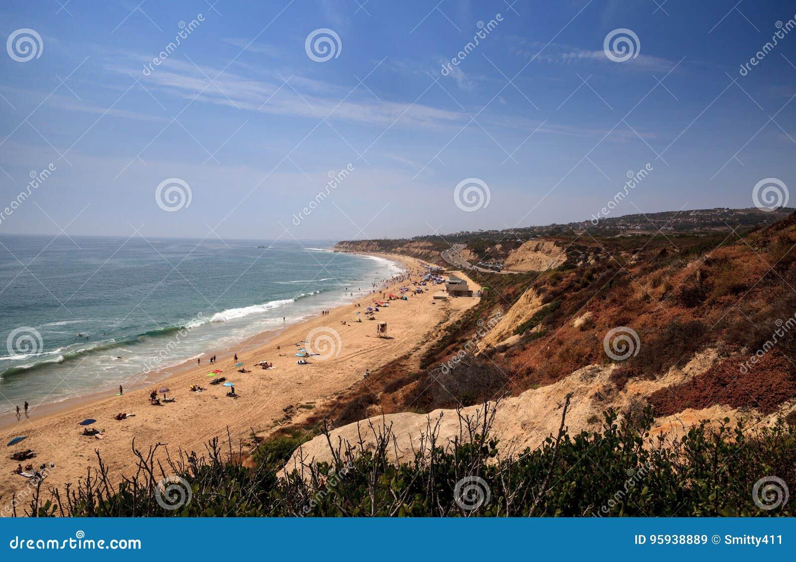 Blauwe hemel over het meest verste zuideneind van Crystal Cove-strand