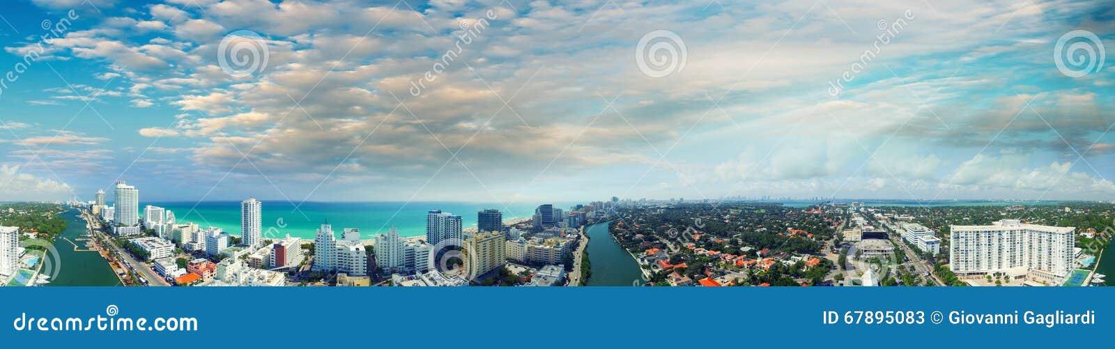Blauwe hemel over het Strand van Miami, luchtpanorama