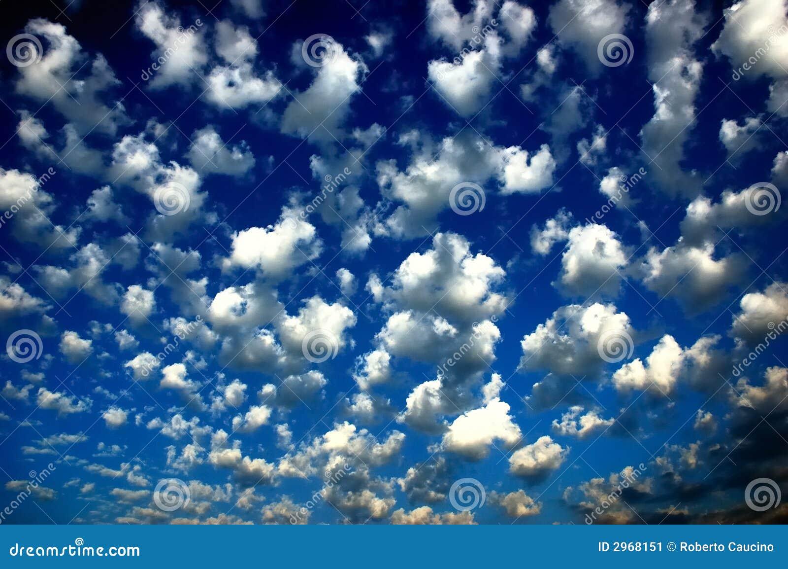 Blauwe hemelwolken