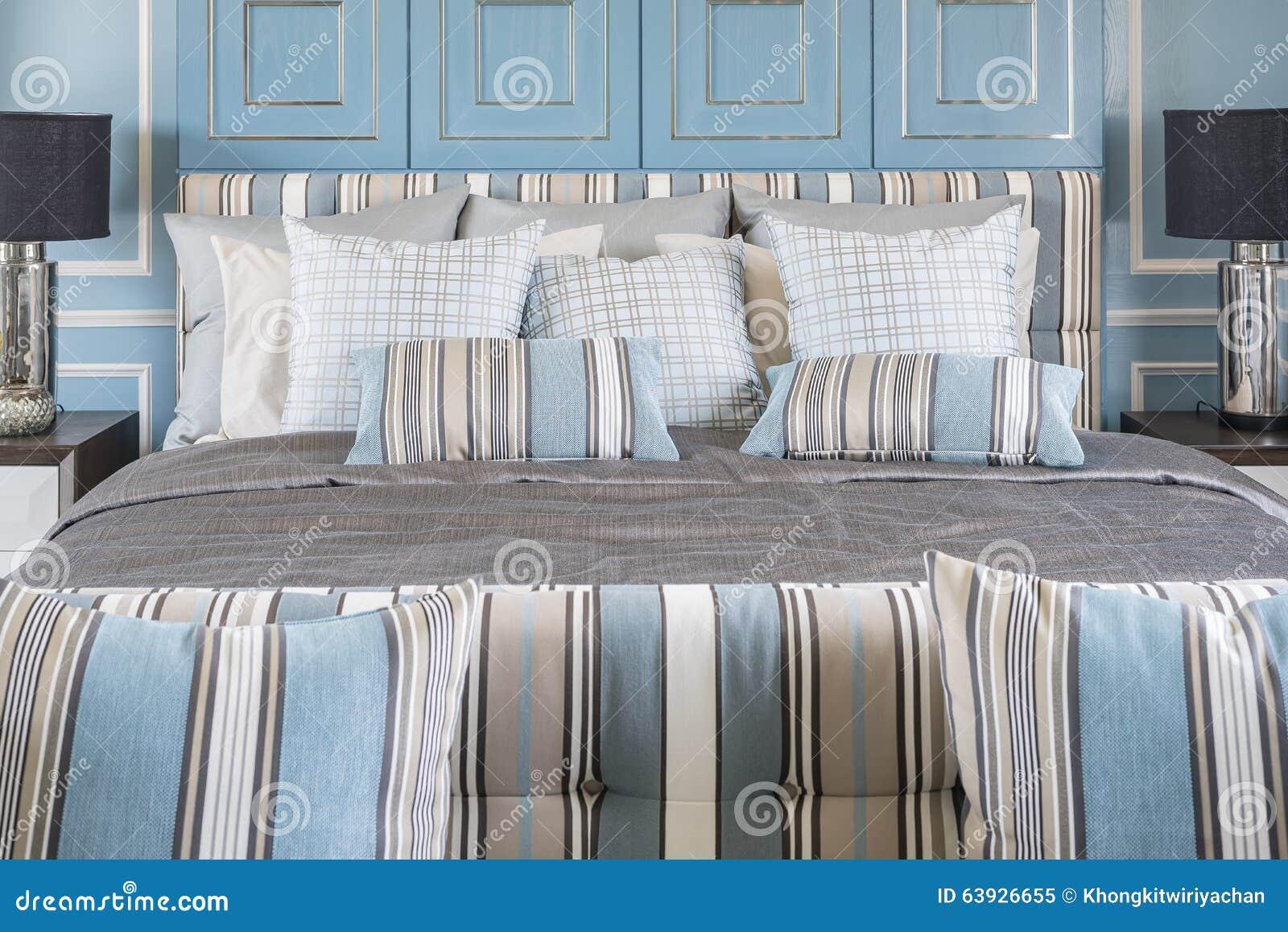 Blauwe Hoofdkussens Op Luxebed In Blauwe Slaapkamer Stock Foto ...