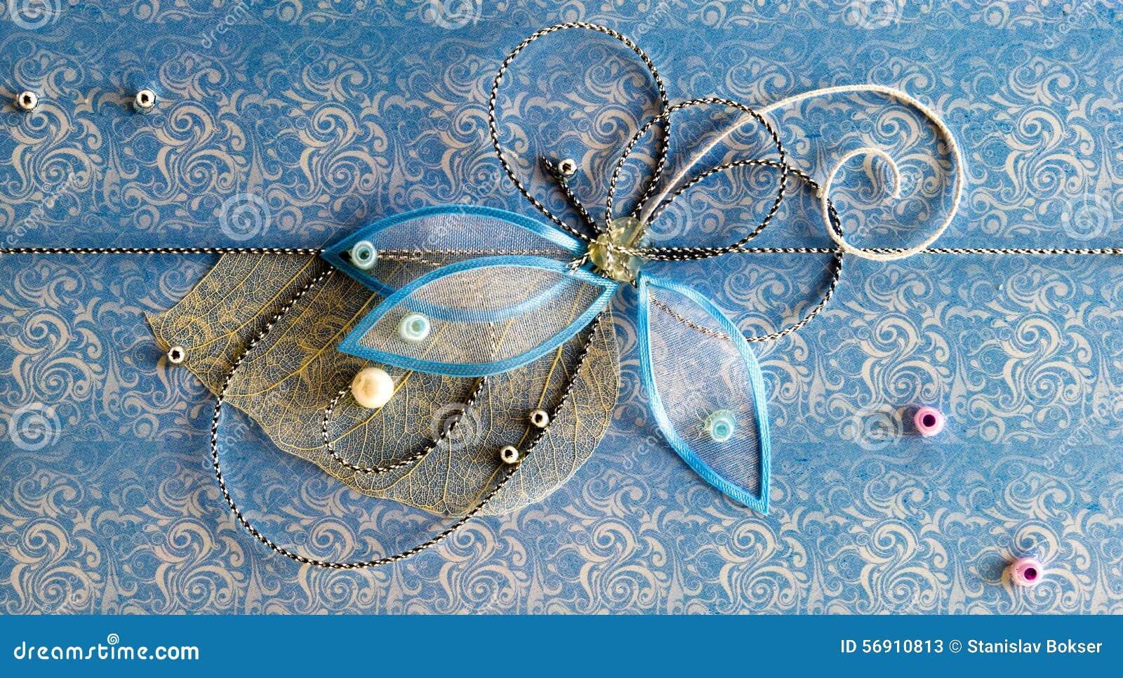 Blauwe horizontale met de hand gemaakte groetdecoratie met glanzende parels, borduurwerk, zilveren draad in vorm van bloem en vli