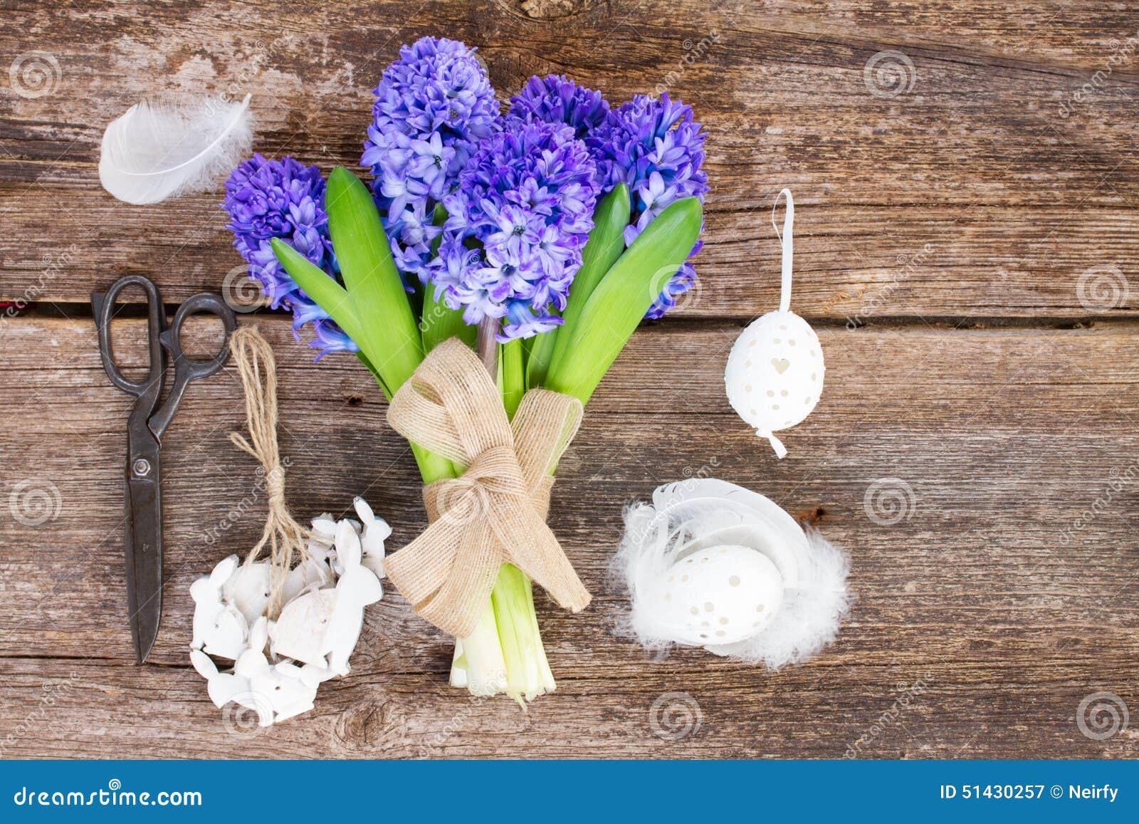 Blauwe hyacint en Pasen-opstelling