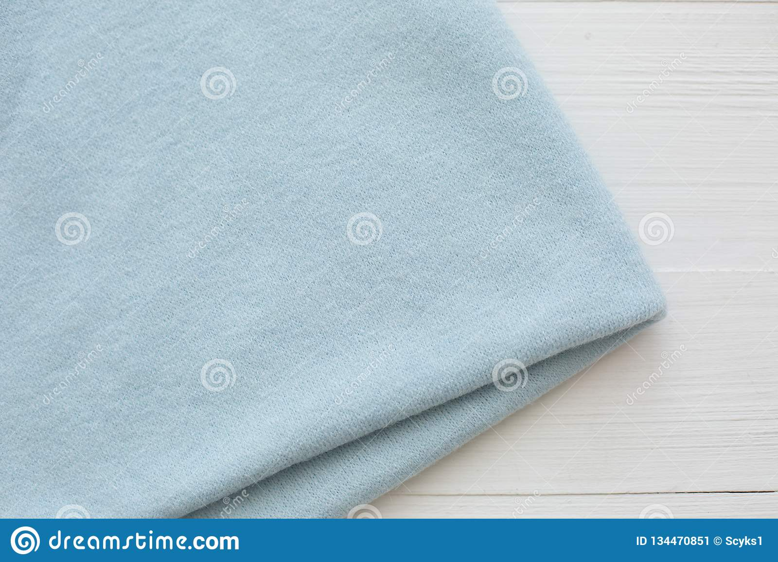 Blauwe kleur gebreide stof op witte achtergrond