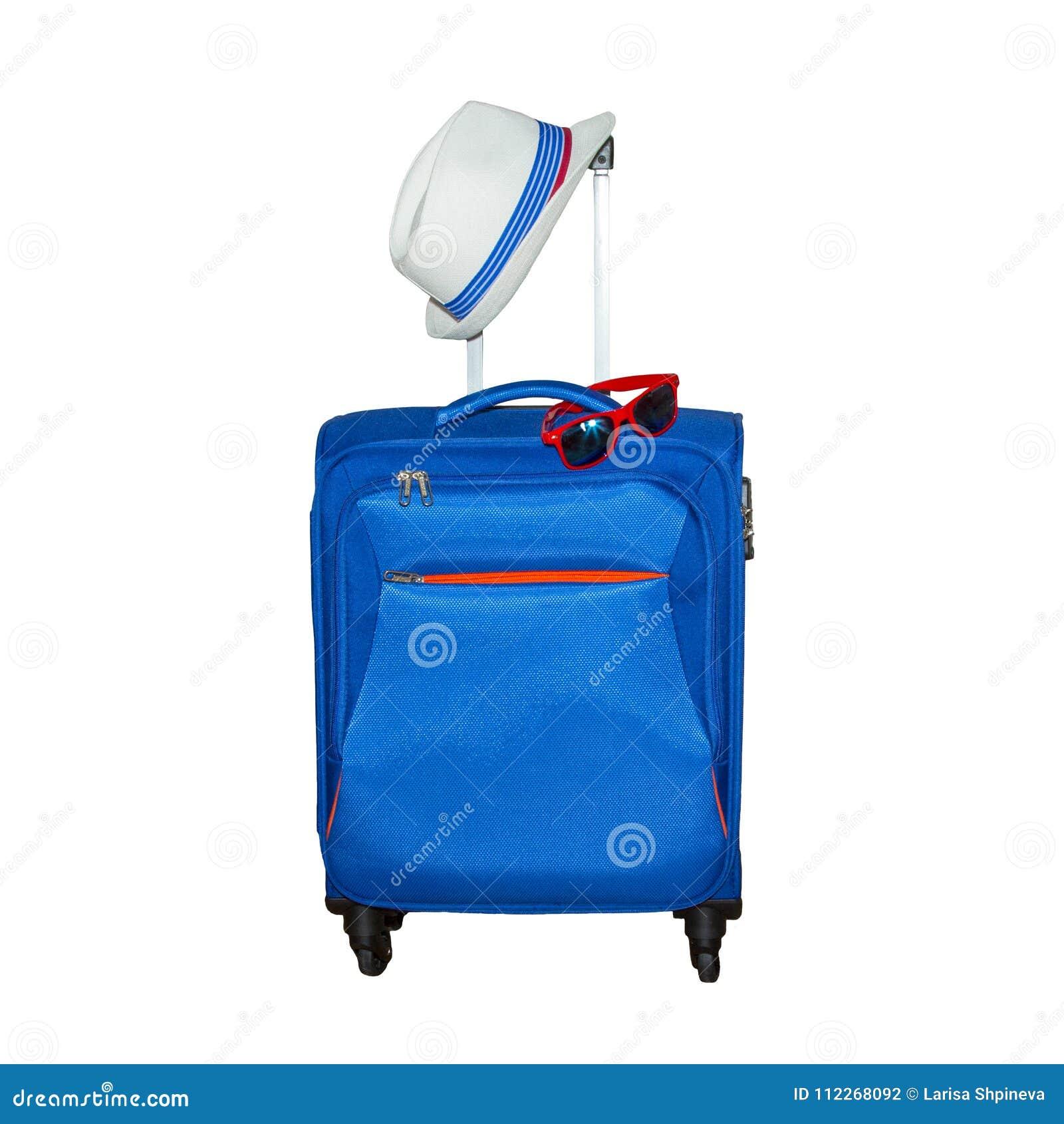 Blauwe koffer met een de zomerhoed en een modieuze die zonnebril op witte achtergrond wordt geïsoleerd De reisconcept van de de z