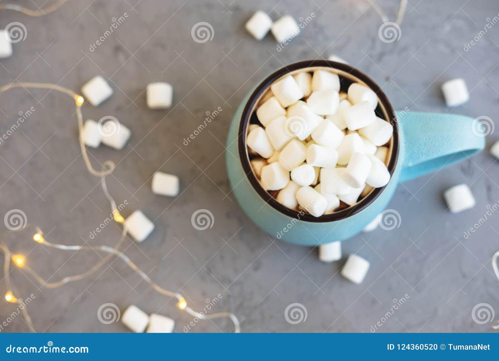 Blauwe kop van koffie op grijze concrete achtergrond met heemst en slinger De comfortabel drankherfst en de winterconcept bovenka