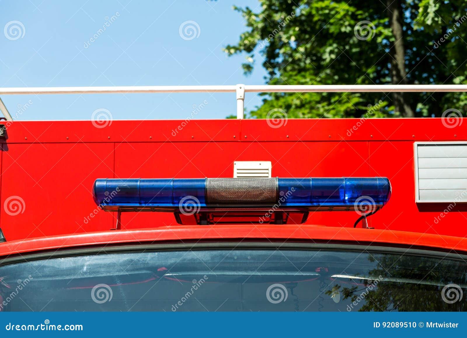 Blauwe lichten en sirene op een brandvrachtwagen