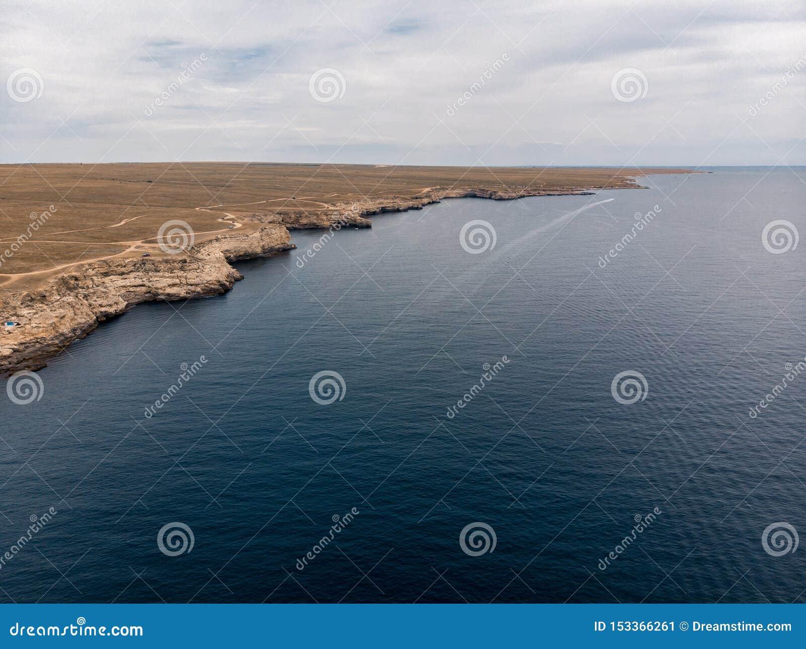 Blauwe overzees bij de klippen van de Krim