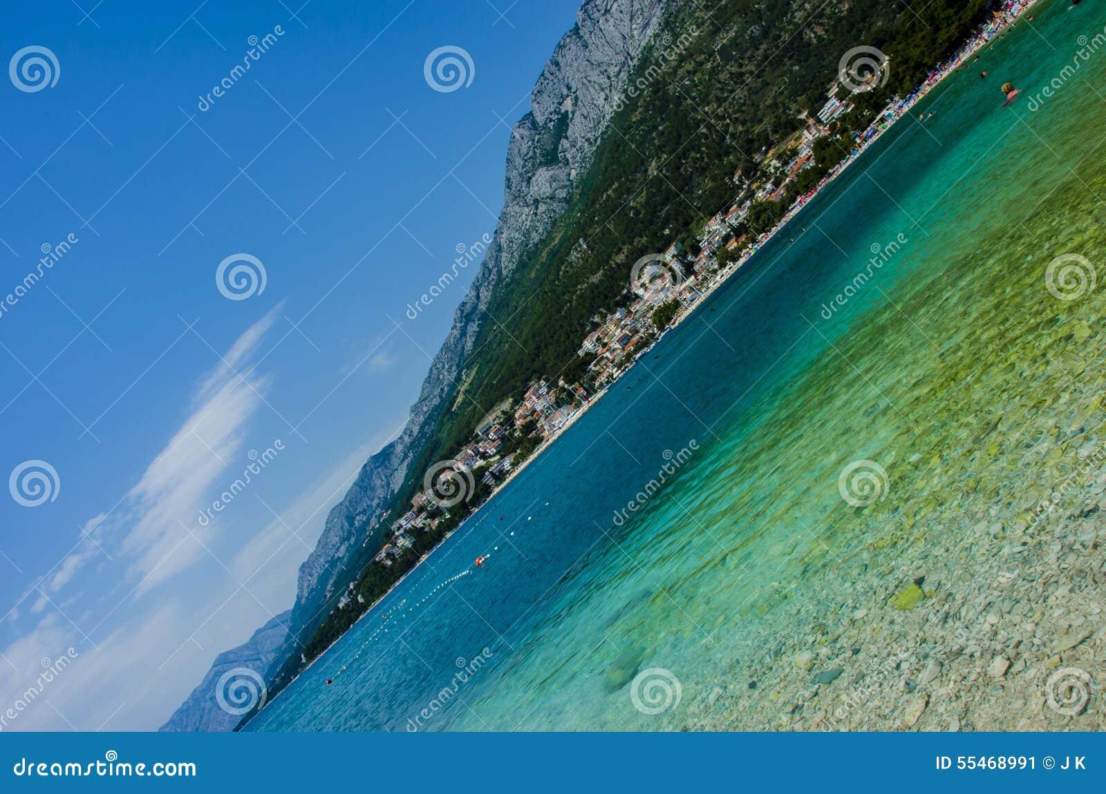 Blauwe overzees en berg