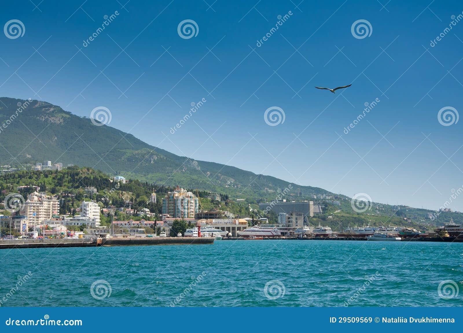 Blauwe overzees in haven Yalta