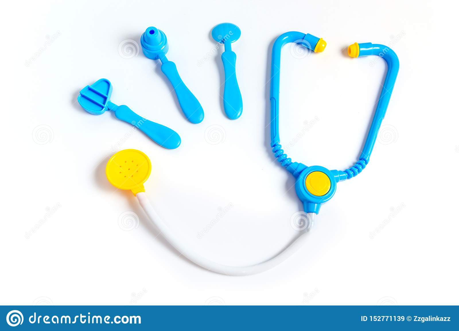 Blauwe stethoscoop, oorspiegel, hamer, tandspiegel die op witte achtergrond wordt geïsoleerd Het concept van de geneeskunde Het s