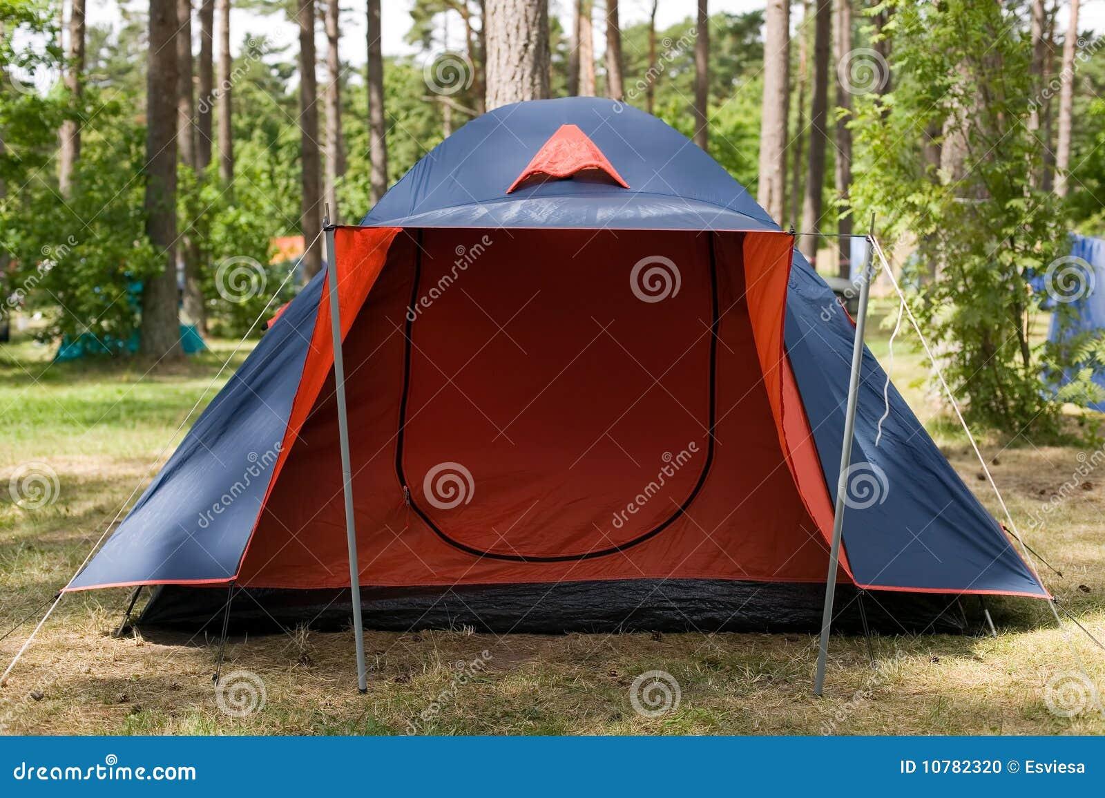 Blauwe tent met rode ingang