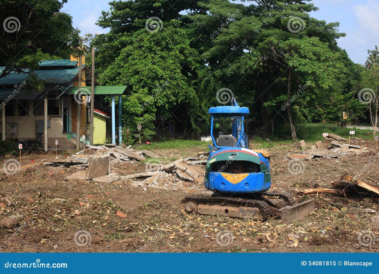 Blauwe tractor bij bouwwerf
