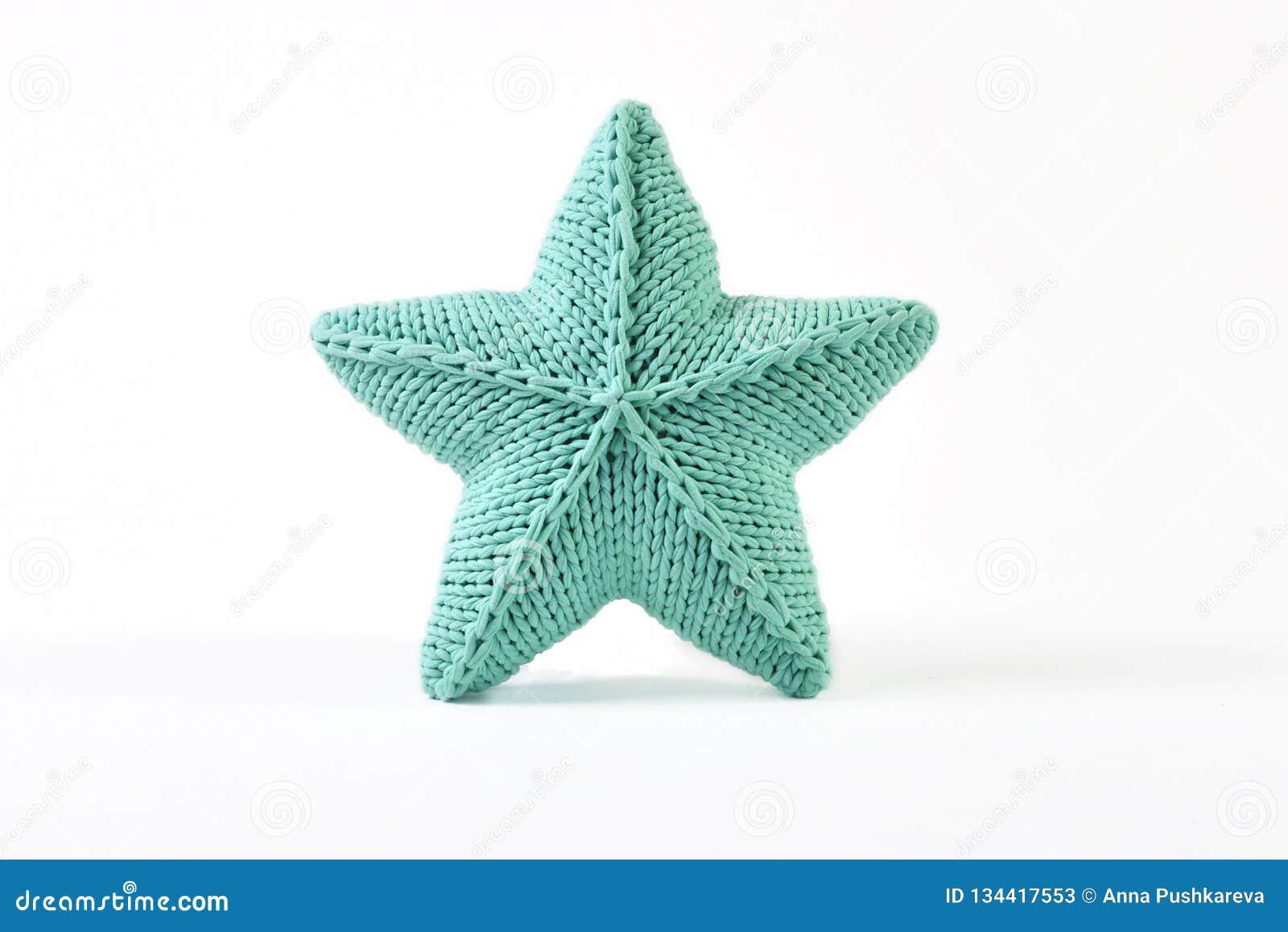 Blauwgroen gebreid vijf-gericht ster gevormd hoofdkussen op witte achtergrond