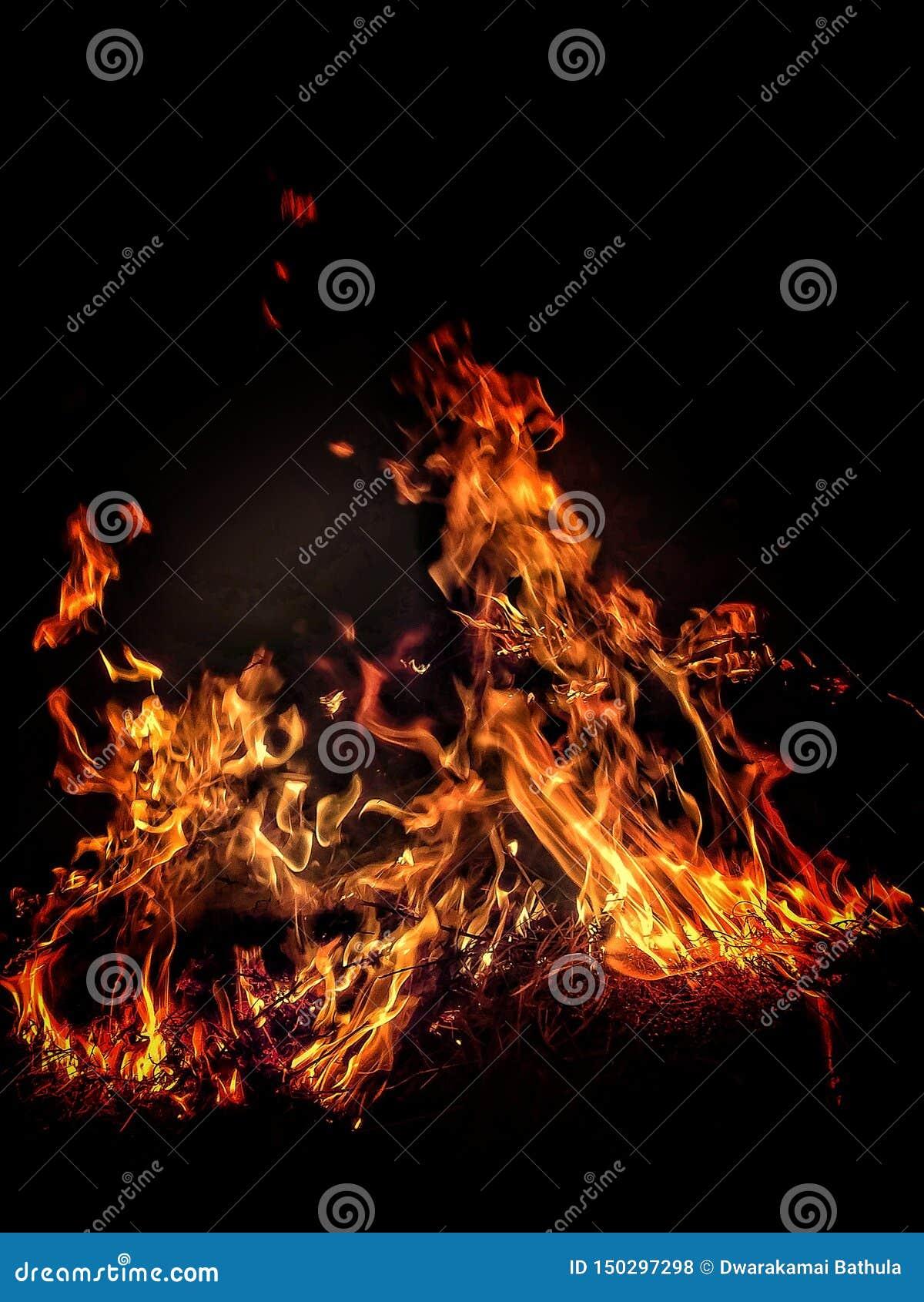 Blazende brand met roodgloeiende vlam