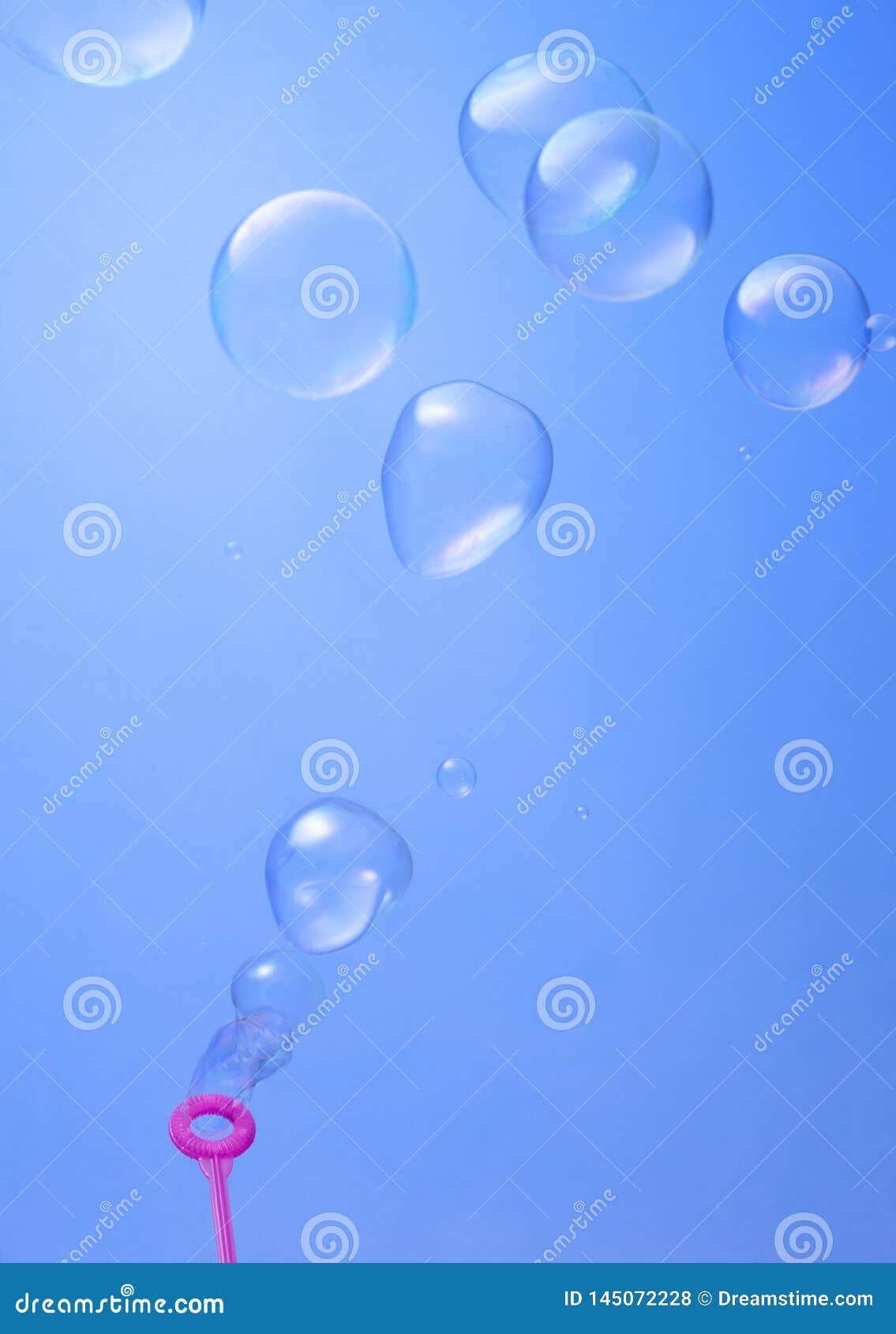 Blazende soepbellen op blauwe achtergrond