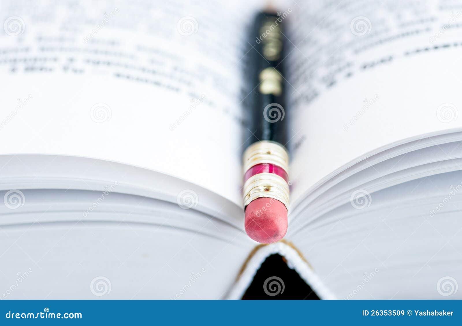 Bleistift auf Seiten des Buches