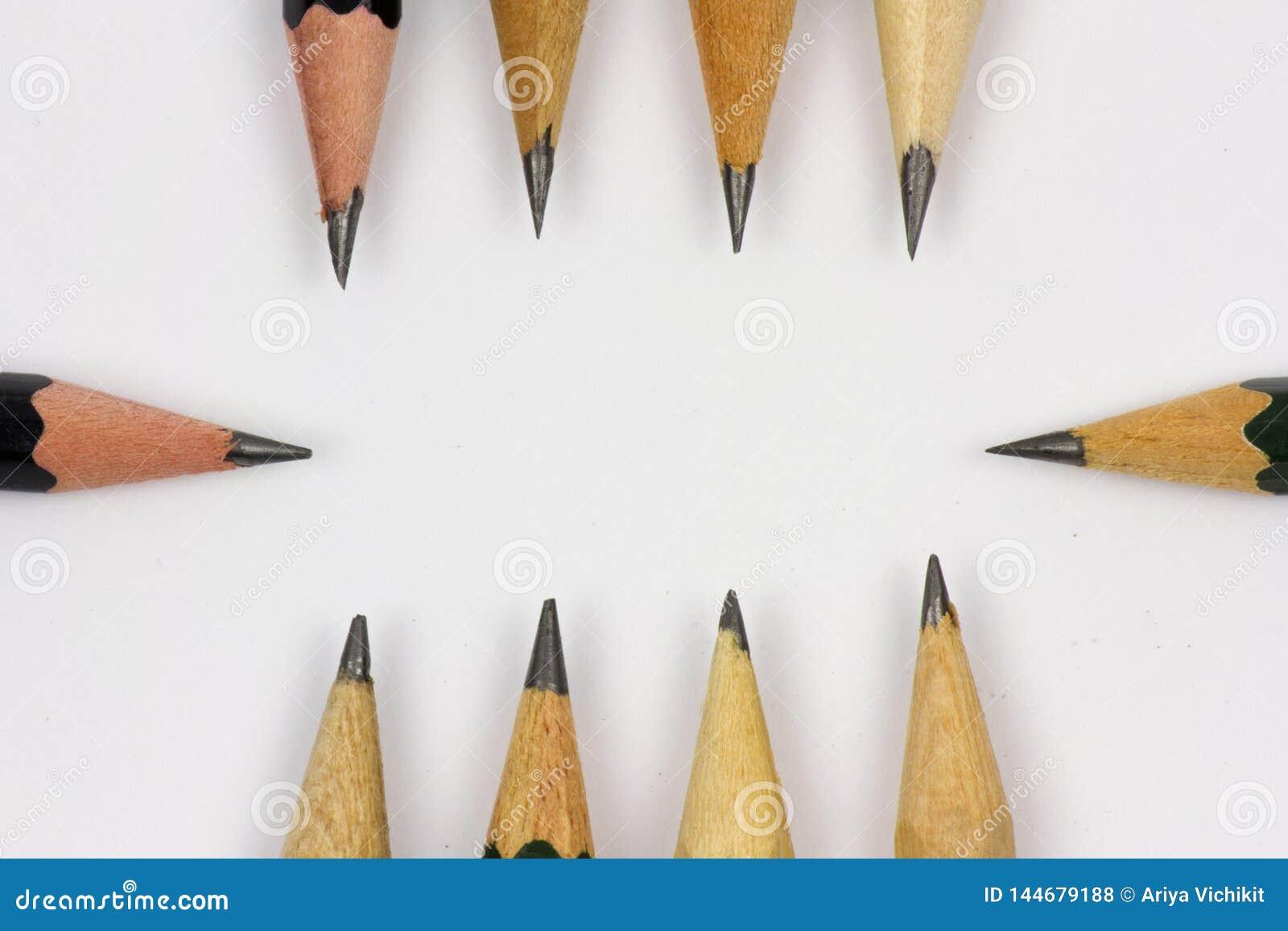 Bleistift mit dem Schärfen auf Weißbuchhintergrund