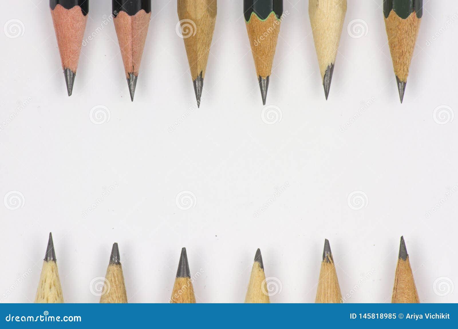 Bleistift mit dem Sch?rfen auf Wei?buchhintergrund