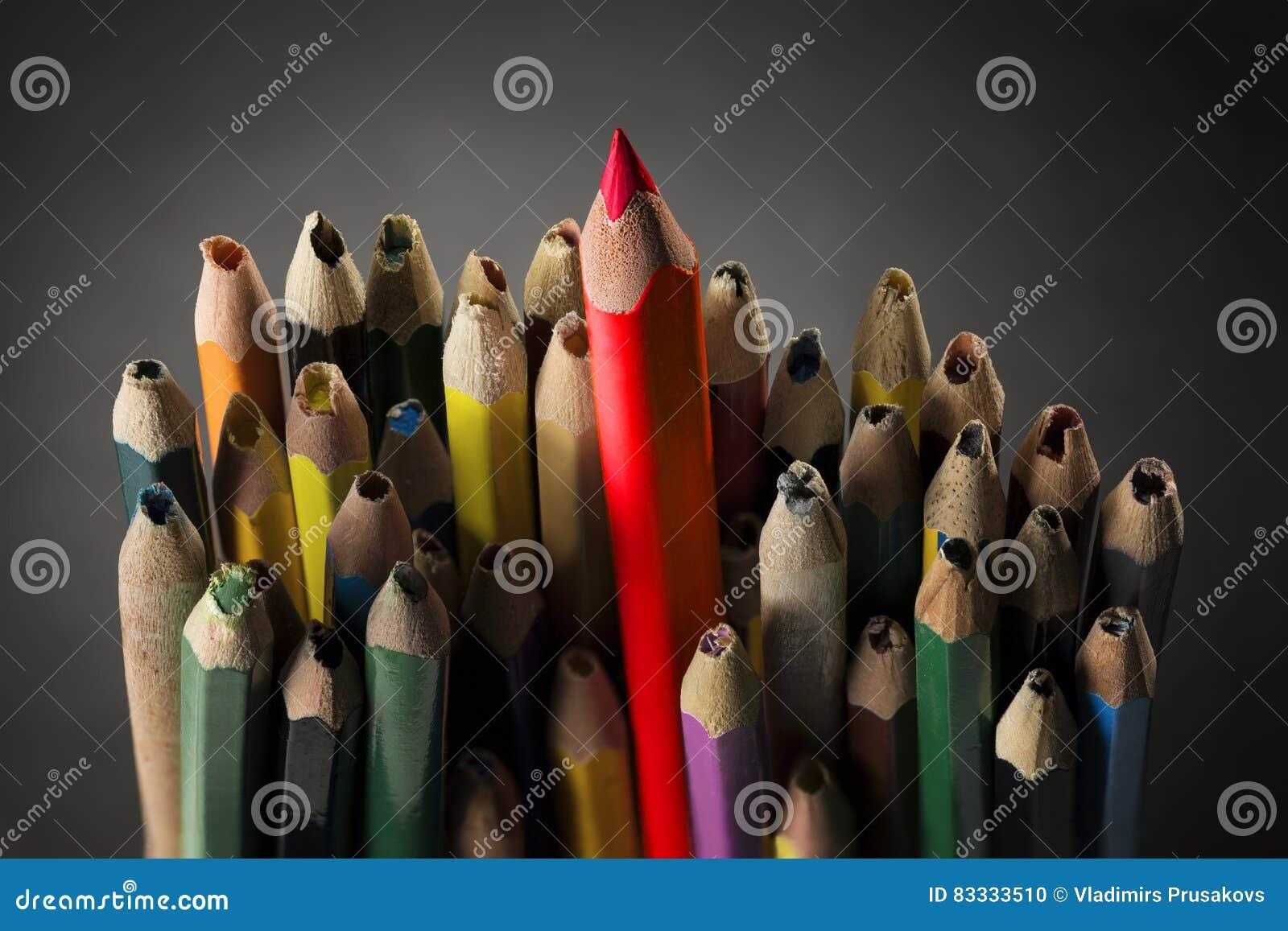 Bleistift spornen Konzept, scharfe kreative Idee, benutzte gebrochene Bleistifte an