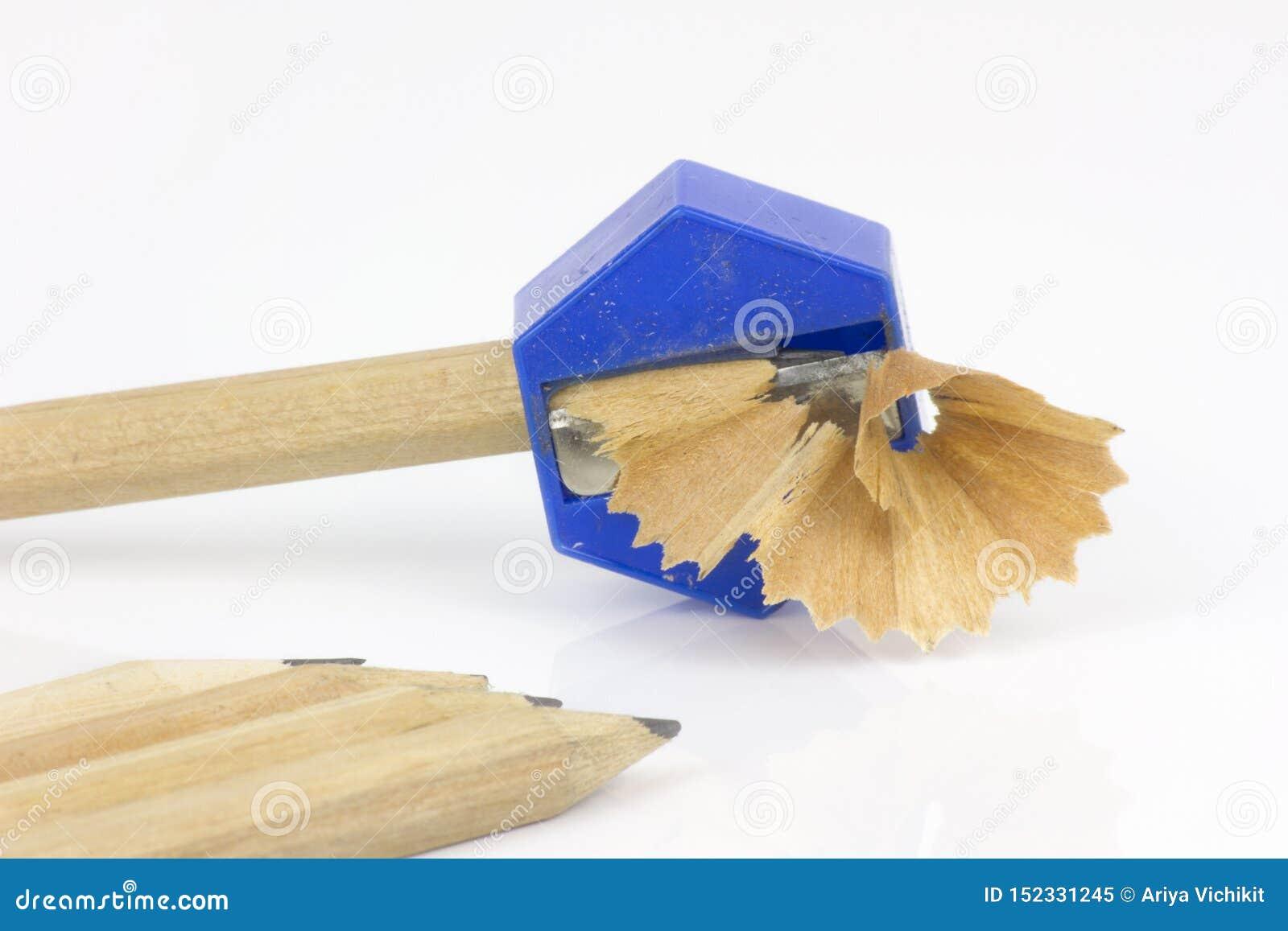 Bleistift und Bleistiftspitzer mit den Schnitzeln lokalisiert auf wei?em Hintergrund
