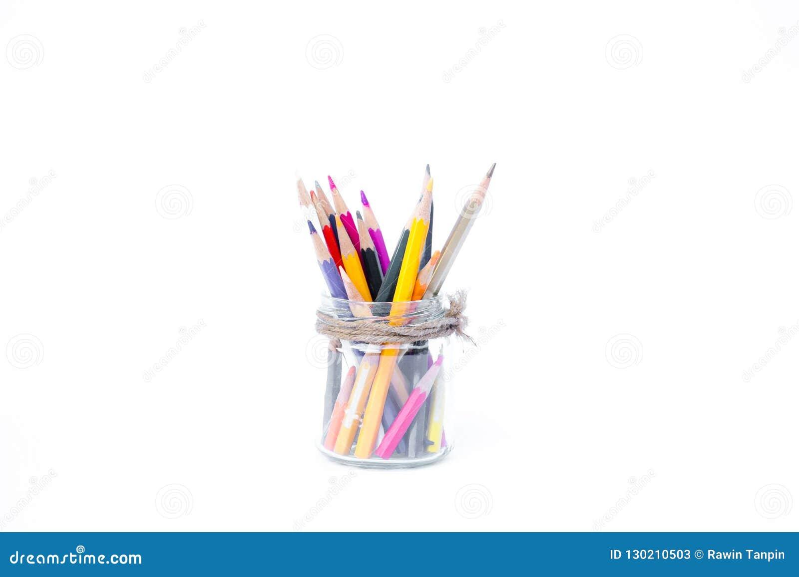 Bleistifte in den Glasflaschen auf weißem Hintergrund
