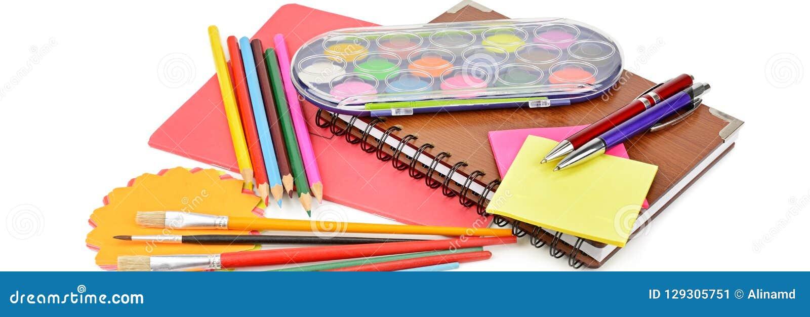 Bleistifte, Farben, Notizbücher und anderes Briefpapier lokalisiert auf einem wh