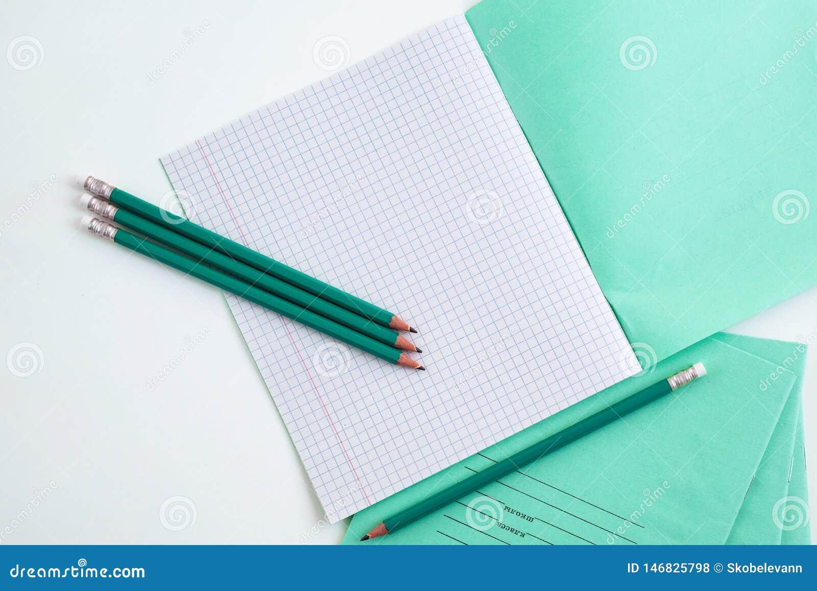 Bleistifte nahe bei dem Schulnotizbuch