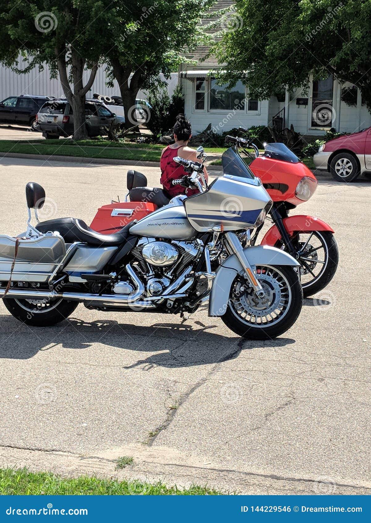 Bliźniaczy motocykle parkująca strona strona - obok -