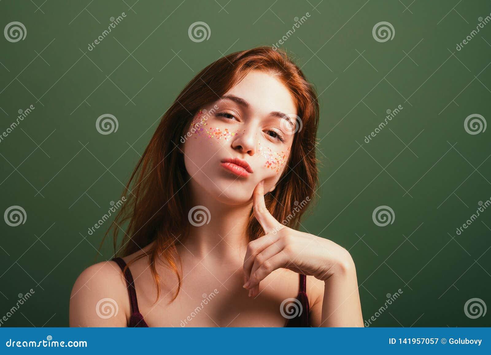 Blick för misstanke för kvinnaansiktsuttryckmisstrogenhet