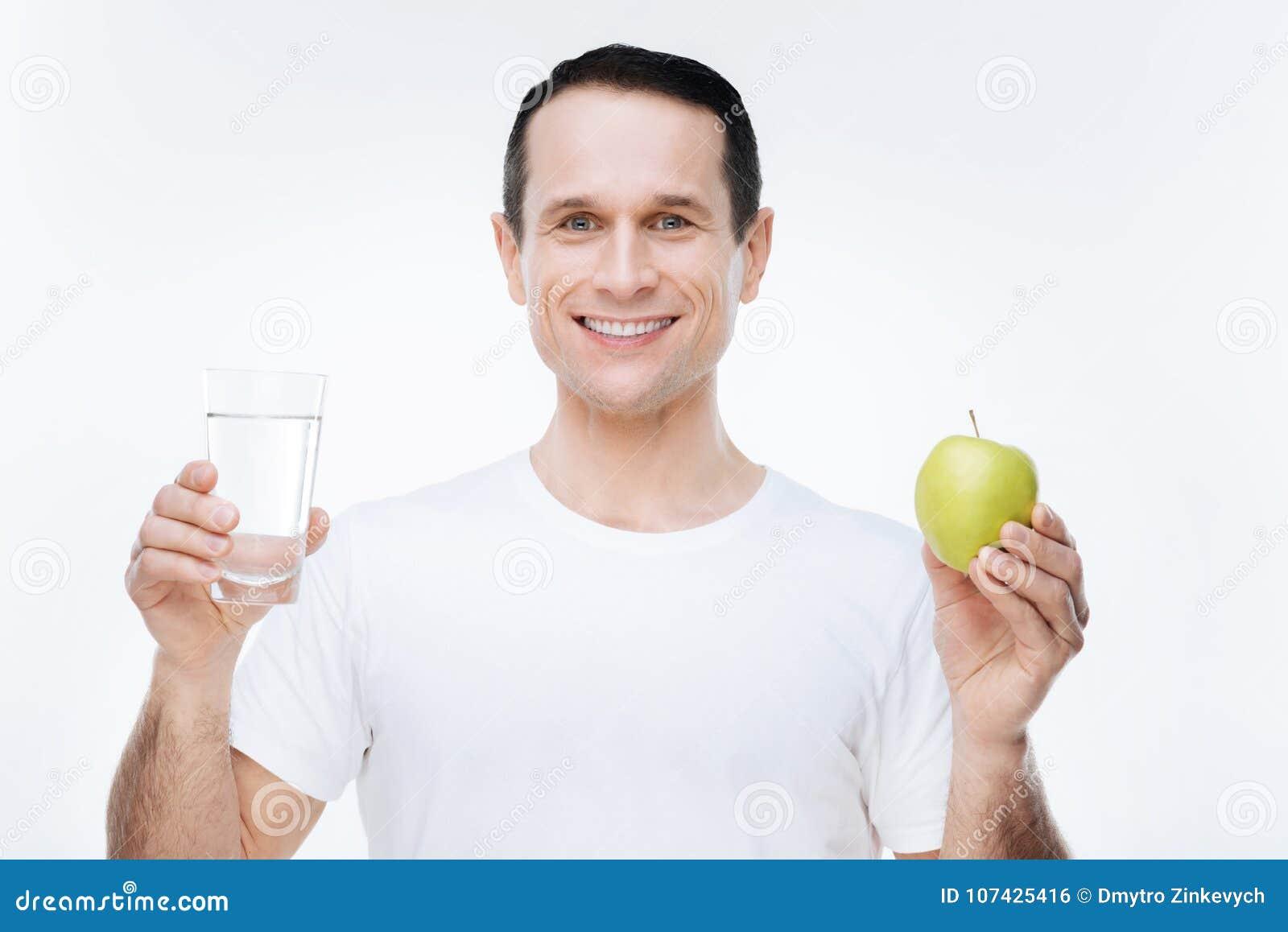 Blije aardige mens die een appel houden