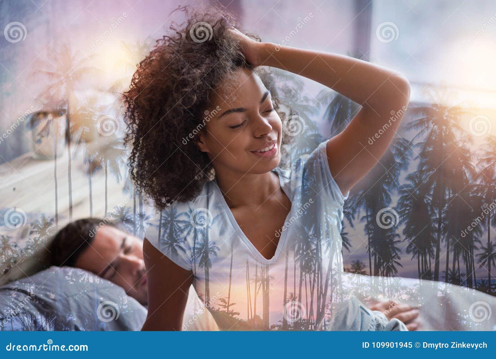 Blije aardige vrouw die een goede rust hebben