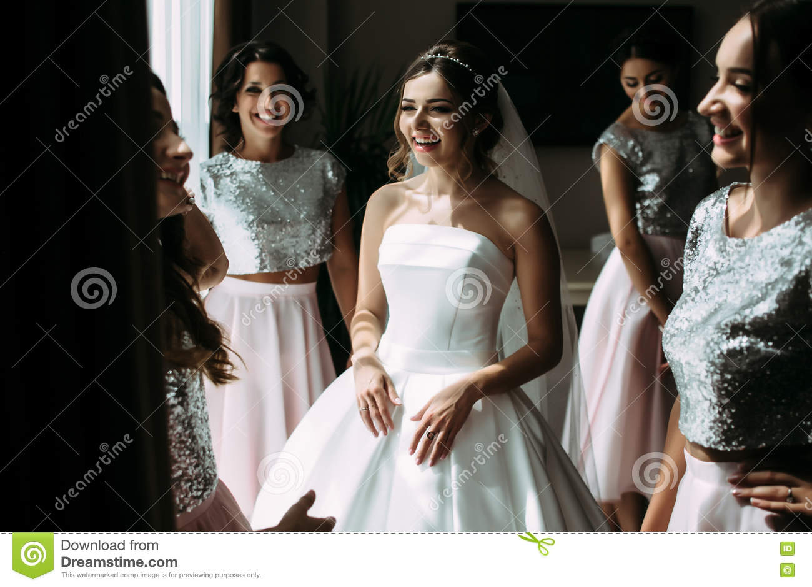 Blije huwelijksvoorbereiding van de mooie bruid
